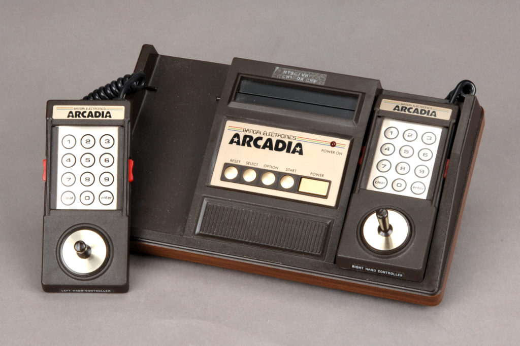 ※アルカディア:1983年3月にバンダイが19,800円で発売した家庭用ゲーム機。ちなみに、同年7月にファミコンが発売。