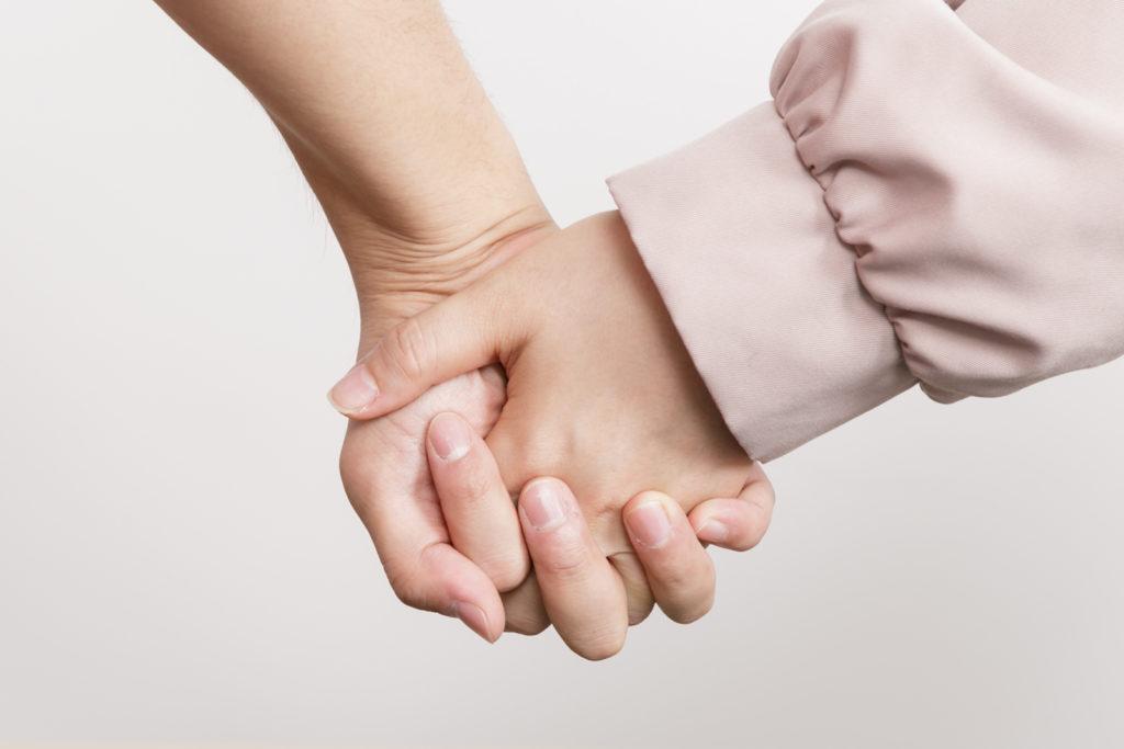 不慣れな恋人つなぎを練習するビートまりお氏。さて、当日の披露宴ライブでは、ビートまりお氏は念願の「指を絡ませて手を繋ぐ」ことが出来るのでしょうか……!?