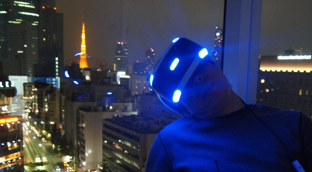 夜景をバックにVRの世界に没入するgreenspa氏。