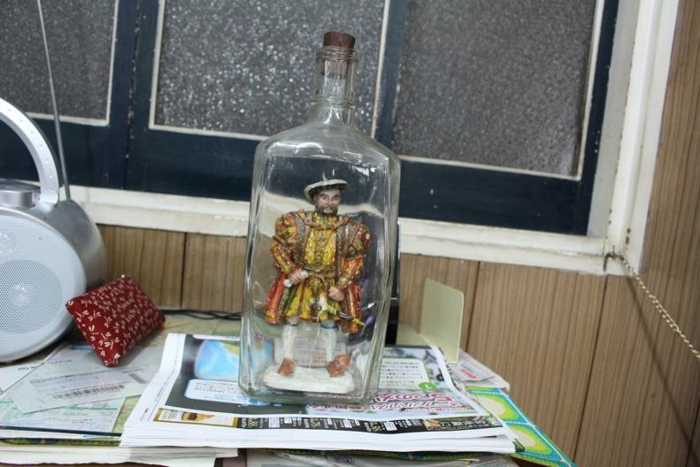 なかなかに作りが細かい、ボトルシップの中の人形。