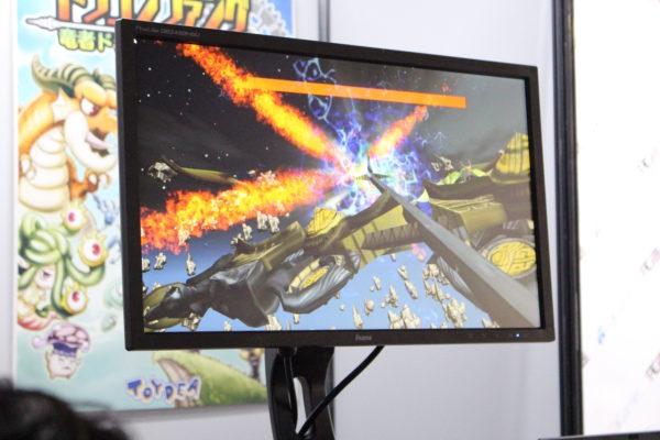 プレイヤーが弓を構えると、画面上にも弓が表示される。持ち手を傾ければ、写真のように弓を横に寝かせた状態で攻撃することも可能だ。