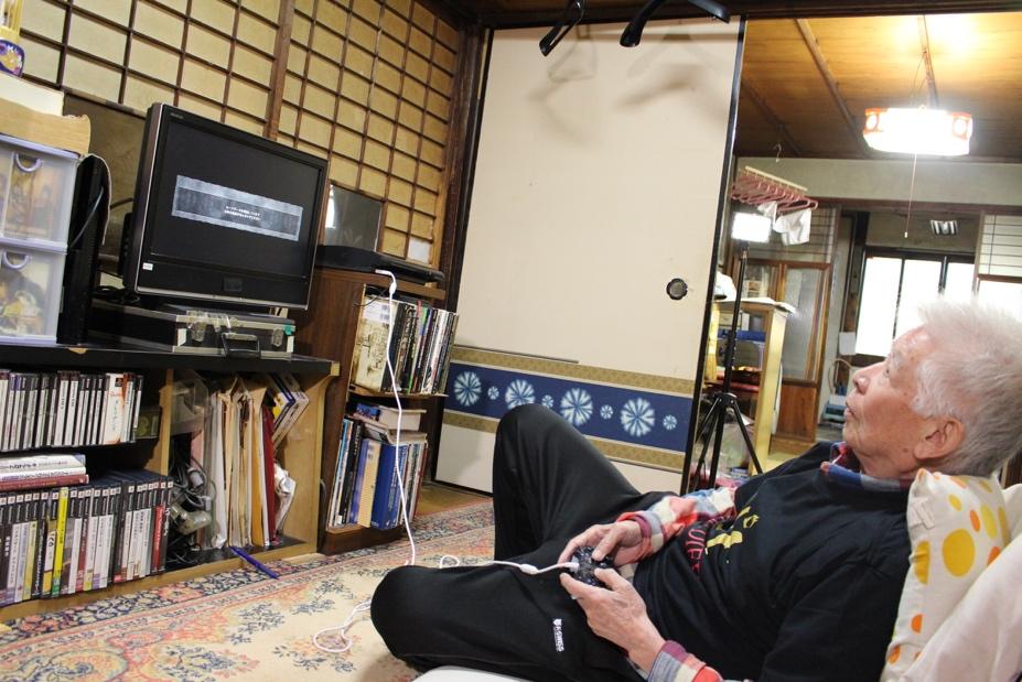 テレビの前に座椅子を置いて、くつろぎながらプレイするのが加三スタイル。この半分寝っ転がってるような姿勢が、一番リラックスしてプレイできるらしい。