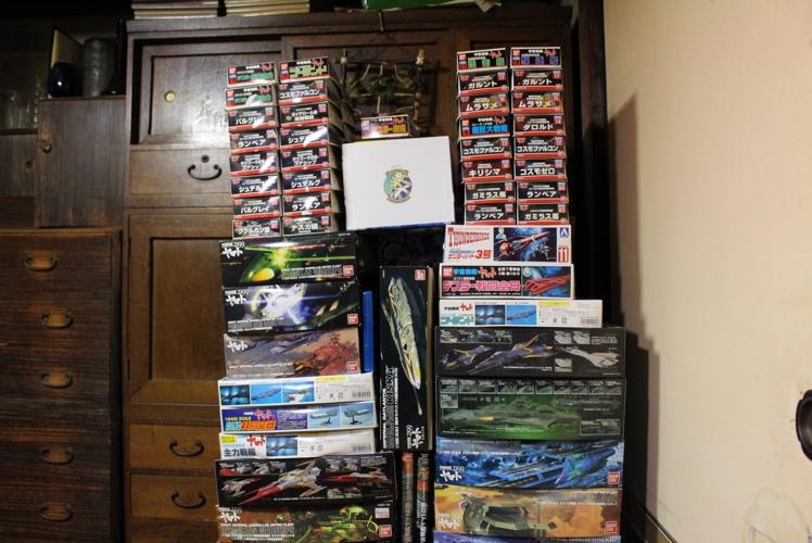 ゲーム部屋の隣には、かなりの量のプラモデルが積み上げられていた。